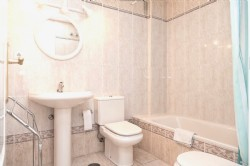 R-FARO_En-suite_bathroom_with_bath_and_bidet.jpg