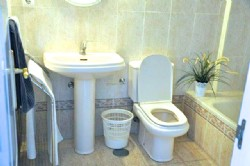 R-FARO_En-suite_bathroom_with_bath_and_bidet.jpg.png