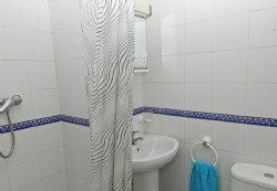 PB1._Fully_fitted_bathroom_with_shower.JPG