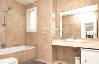 MB7_En-suite_bathroom_with_bathtub_and_overhead_shower.jpg